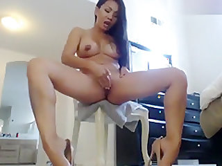 Lisa_Chen: She oils up and then makes herself squirt